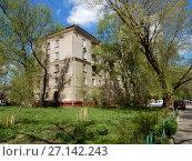 Купить «Пятиэтажный двухподъездный кирпичный жилой дом, построен в 1953 году. 6-я Парковая улица, 29а. Район Измайлово. Город Москва», эксклюзивное фото № 27142243, снято 7 мая 2017 г. (c) lana1501 / Фотобанк Лори