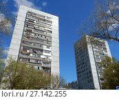 Семнадцатиэтажные панельные жилые дома серии КМС-101, построены в 1973 и 1977 годах. Измайловский бульвар, 16 и 18. Район Измайлово. Москва (2017 год). Стоковое фото, фотограф lana1501 / Фотобанк Лори