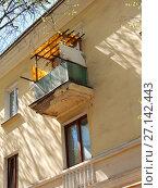 Купить «Трёхэтажный трёхподъездный кирпичный жилой дом, построен в 1950 году. 4-я Парковая улица, 24. Район Измайлово. Город Москва», эксклюзивное фото № 27142443, снято 7 мая 2017 г. (c) lana1501 / Фотобанк Лори