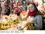 Female customer at the Christmas Fair. Стоковое фото, фотограф Яков Филимонов / Фотобанк Лори
