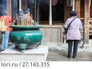 Купить «Урна для свечей около буддийского храма. Святыня Kinkaku-ji, Киото, Япония», фото № 27143315, снято 12 апреля 2013 г. (c) Кекяляйнен Андрей / Фотобанк Лори