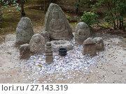 Купить «Каменные изваяния Будды с множеством монет вокруг. Святыня Kinkaku-ji (Золотой павильон). Киото, Япония», фото № 27143319, снято 12 апреля 2013 г. (c) Кекяляйнен Андрей / Фотобанк Лори