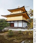 Купить «Кинкаку-дзи (Rokuon-ji or Kinkaku-ji) Золотой павильон - буддийский храм в Киото, Япония. Вид сквозь ветки сакуры. Фокус на ветви», фото № 27143351, снято 12 апреля 2013 г. (c) Кекяляйнен Андрей / Фотобанк Лори