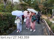 Купить «Три гейши с зонтами прогуливаются на территории Золотого павильона (Kinkaku-ji) в дождливую погоду. Киото, Япония», фото № 27143359, снято 12 апреля 2013 г. (c) Кекяляйнен Андрей / Фотобанк Лори