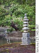 Купить «Пагода White Snake Pagoda, сложенная из камней на одном из островков озера Kyoko-chi, рядом с Золотым павильоном Kinkaku-ji. Киото, Япония», фото № 27143367, снято 12 апреля 2013 г. (c) Кекяляйнен Андрей / Фотобанк Лори