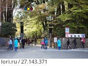 Купить «Вход и выход из святыни Kinkaku-ji (Золотой павильон) на автобусную парковку. Киото, Япония», фото № 27143371, снято 12 апреля 2013 г. (c) Кекяляйнен Андрей / Фотобанк Лори