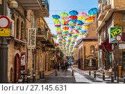 Купить «Yoel Moshe Salomon Street in Jerusalem in the historical district of Nachalat Shiva, decorated with brightly colored umbrellas», фото № 27145631, снято 19 октября 2017 г. (c) Наталья Волкова / Фотобанк Лори