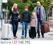 Купить «Parents with two kids chasing streets», фото № 27145755, снято 15 декабря 2017 г. (c) Яков Филимонов / Фотобанк Лори