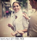 Купить «man flirting with smiling woman», фото № 27148783, снято 18 октября 2018 г. (c) Яков Филимонов / Фотобанк Лори