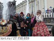 Купить «Москва,  группа людей фотографируются у  фонтана на манежной площади», эксклюзивное фото № 27150659, снято 1 октября 2017 г. (c) Дмитрий Неумоин / Фотобанк Лори