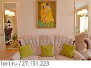 Купить «Мягкая мебель и картина на стене в современной классической гостиной», фото № 27151223, снято 6 сентября 2017 г. (c) Ирина Борсученко / Фотобанк Лори