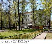 Купить «Четырёх-трехэтажный пятиподъездный кирпичный жилой дом, построен в 1951 году. Первомайская улица, 25/26. Район Измайлово. Город Москва», эксклюзивное фото № 27152027, снято 7 мая 2017 г. (c) lana1501 / Фотобанк Лори