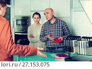 Купить «Couple making scandal at kitchen store», фото № 27153075, снято 4 апреля 2017 г. (c) Яков Филимонов / Фотобанк Лори