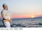 Купить «Счастливая женщина на фоне заката солнца на берегу моря», фото № 27155155, снято 29 июля 2017 г. (c) Момотюк Сергей / Фотобанк Лори