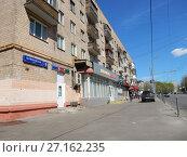 Купить «Пятиэтажный четырёхподъездный кирпичный жилой дом серии 1-511, построен в 1965 году. Первомайская улица, 9/1. Район Измайлово. Город Москва», эксклюзивное фото № 27162235, снято 7 мая 2017 г. (c) lana1501 / Фотобанк Лори