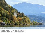 Замок Герольдек (Heroldeck) на склоне Альпийских гор, на берегу озера Mилльштеттер. Город Милльштатт, штат Каринтия, Австрия (2017 год). Стоковое фото, фотограф Bala-Kate / Фотобанк Лори