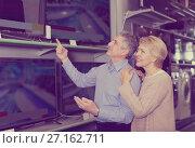 Husband and wife choose for themselves home modern TV. Стоковое фото, фотограф Яков Филимонов / Фотобанк Лори