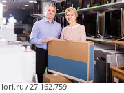 happy mature married couple in shop packed household appliances into boxes. Стоковое фото, фотограф Яков Филимонов / Фотобанк Лори