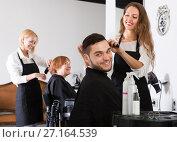 Купить «Woman hairdresser doing hairstyle», фото № 27164539, снято 21 июля 2018 г. (c) Яков Филимонов / Фотобанк Лори