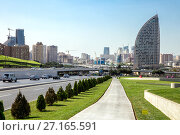 Baku, Azerbaijan - September 22, 2017: Movement of vehicles along the central street of Baku. Редакционное фото, фотограф Евгений Ткачёв / Фотобанк Лори