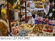 Купить «Новогодняя продажа елочных игрушек в ГУМе, Москва, Россия», эксклюзивное фото № 27167943, снято 16 декабря 2016 г. (c) Елена Коромыслова / Фотобанк Лори