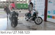 Купить «Девушка мотоциклистка моет два мотоцикла на мойке самообслуживания», видеоролик № 27168123, снято 25 октября 2017 г. (c) Кекяляйнен Андрей / Фотобанк Лори
