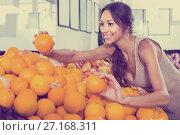 Купить «female customer picking oranges on fruit market», фото № 27168311, снято 22 июля 2018 г. (c) Яков Филимонов / Фотобанк Лори