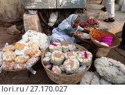 Купить «Woman in white sari, selling puja offerings from baskets in the street near the Hindu Jagannath temple dedicated to Lord Vishnu, Puri, Odisha, India, Asia», фото № 27170027, снято 12 января 2017 г. (c) age Fotostock / Фотобанк Лори