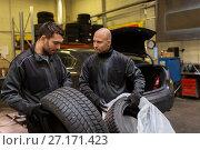 Купить «auto mechanics changing car tires at workshop», фото № 27171423, снято 21 сентября 2017 г. (c) Syda Productions / Фотобанк Лори