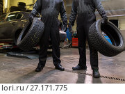 Купить «auto mechanics changing car tires at workshop», фото № 27171775, снято 21 сентября 2017 г. (c) Syda Productions / Фотобанк Лори