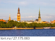 View from Zapadnaya Dvina embankment to Riga Dome Cathedral and St. Peter's Church Panorama under Rainy Clouds in Sunny Day in Latvia (2017 год). Стоковое фото, фотограф Алексей Ширманов / Фотобанк Лори