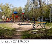 Купить «Детская игровая площадка во дворе жилых домов на Открытом шоссе. Район Метрогородок. Москва», эксклюзивное фото № 27176067, снято 5 мая 2017 г. (c) lana1501 / Фотобанк Лори