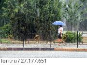 Купить «Девушка с голубым зонтом. Проливной дождь в августе. Город Керчь, Республика Крым», эксклюзивное фото № 27177651, снято 24 августа 2017 г. (c) Щеголева Ольга / Фотобанк Лори