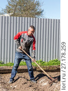 Купить «Farmer with rakes weeds», фото № 27178259, снято 15 мая 2016 г. (c) Евгений Ткачёв / Фотобанк Лори