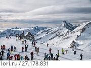 Купить «Skiers on the Hintertux Glacier», фото № 27178831, снято 6 января 2011 г. (c) Юлия Бабкина / Фотобанк Лори