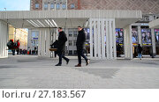 Купить «Moscow, Russia - November 2. 2017. People ride on swing in Triumph Square», видеоролик № 27183567, снято 2 ноября 2017 г. (c) Володина Ольга / Фотобанк Лори