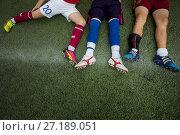 Купить «Молодые футболисты отдыхают перед началом игры», фото № 27189051, снято 16 сентября 2017 г. (c) Николай Винокуров / Фотобанк Лори