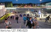 Российские болельщики идут на футбольный матч. Лестница стадиона Санкт-Петербург Арена (2017 год). Редакционное видео, видеограф Кекяляйнен Андрей / Фотобанк Лори