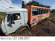 Купить «Вахтовый автобус КамАЗ застрял в грязи на лесной дороге», фото № 27190051, снято 20 сентября 2018 г. (c) А. А. Пирагис / Фотобанк Лори
