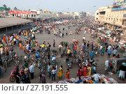 Купить «Puri town centre showing busy main street, shops and marketplace near Jagannath Temple to Lord Vishnu, Puri, Odisha, India, Asia», фото № 27191555, снято 12 января 2017 г. (c) age Fotostock / Фотобанк Лори