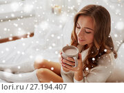 Купить «close up of happy woman with cup of cocoa at home», фото № 27194407, снято 15 октября 2016 г. (c) Syda Productions / Фотобанк Лори