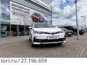 Купить «Автомобиль Toyota Corolla перед зданием автосалона», фото № 27196659, снято 7 июня 2017 г. (c) Евгений Ткачёв / Фотобанк Лори