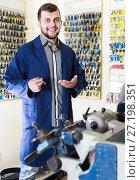 Купить «Positive man worker demonstrating repaired key», фото № 27198351, снято 5 апреля 2017 г. (c) Яков Филимонов / Фотобанк Лори