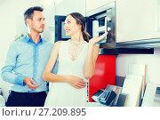 Купить «Adutl couple is choosing new microwave», фото № 27209895, снято 15 июня 2017 г. (c) Яков Филимонов / Фотобанк Лори