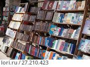 Купить «HAVANA, CUBA - JANUARY 27, 2013:  bookshop with antique and old books for sale on the street in the center of Havana», фото № 27210423, снято 27 января 2013 г. (c) Куликов Константин / Фотобанк Лори