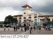 Купить «HAVANA, CUBA- JANUARY 27, 2013: tourists on the street of old Havana», фото № 27210427, снято 27 января 2013 г. (c) Куликов Константин / Фотобанк Лори