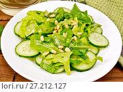 Салат из шпината и огурцов с салфеткой на деревянной доске. Стоковое фото, фотограф Резеда Костылева / Фотобанк Лори