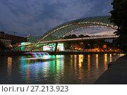 Купить «Пешеходный мост Мира на реке Кура летним вечером. Город Тбилиси. Грузия», эксклюзивное фото № 27213923, снято 13 июля 2017 г. (c) Алексей Гусев / Фотобанк Лори