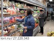 Купить «Женщина в магазине выбирает овощи», эксклюзивное фото № 27220343, снято 18 ноября 2017 г. (c) Дмитрий Неумоин / Фотобанк Лори