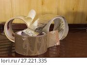 Купить «Скотч в рулонах  лежит на полке», фото № 27221335, снято 21 ноября 2017 г. (c) Евгений Будюкин / Фотобанк Лори